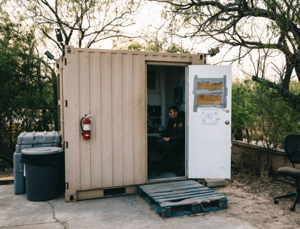 Jonathan Hoyt, agente que patrulha a fronteira, monitora de dentro de sua cabine áreas de até 5 km de distância