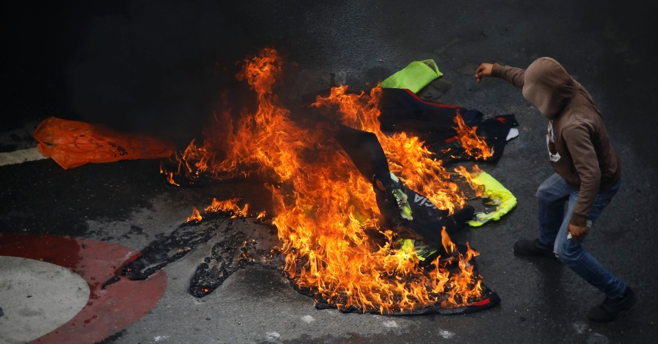 30.jul.2017 - Manifestante queima uniformes da polícia durante as eleições da Assembleia Constituinte