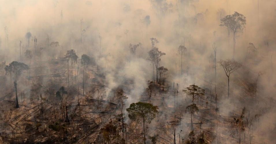Fumaça tinge de cinza o céu de Apuí, no sul do Amazonas, região que registrou avanço de desmatamento nos últimos meses