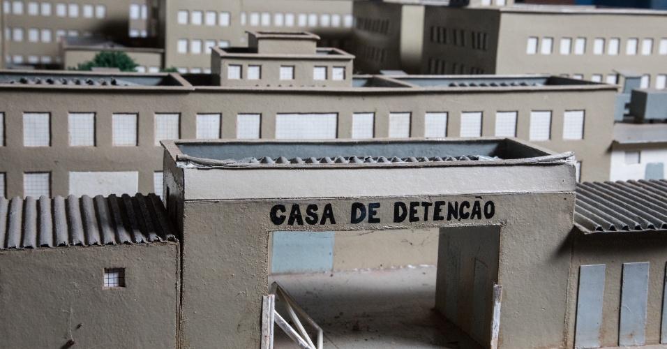 Maquete de papelão doada por um preso para o agente penitenciário Ronaldo Mazotto, 49, Mazotto coleciona itens da antiga Casa de Detenção no quintal de sua casa, em Serra Azul (SP)