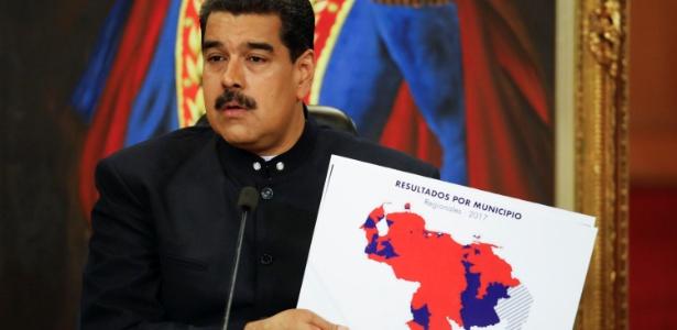 Nicolás Maduro exibe mapa com o resultado eleitoral