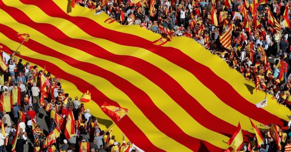 29.out.2017 - Catalães contrários à secessão foram às ruas neste domingo em Barcelona