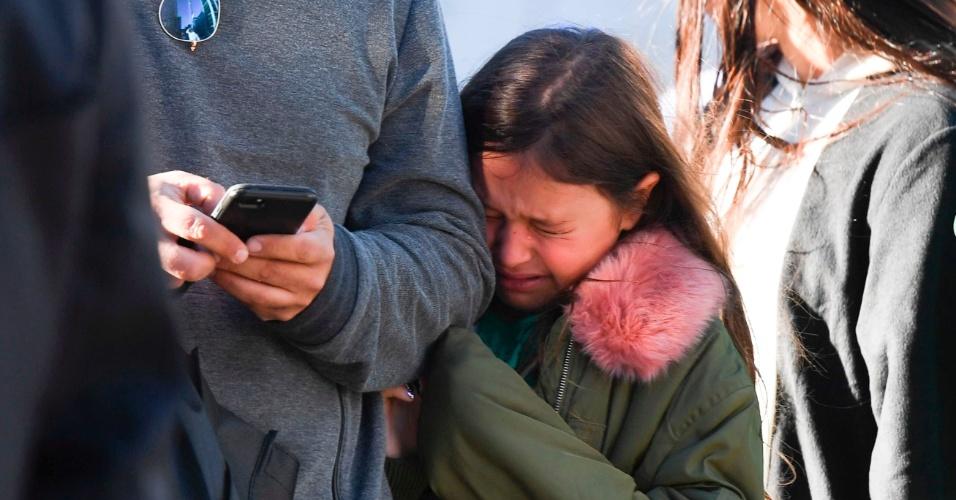 31.out.2017 - Menina chora após presenciar caminhonete atropelar ciclistas em Manhattan, Nova York. O episódio, que é tratado como atentado terrorista, deixou mortos e feridos