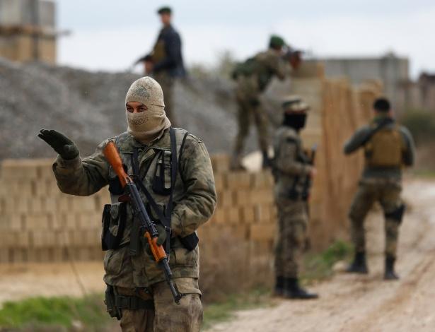 Exército livre da Síria (pró-Turquia) na cidade de Azaz, próximo à fronteira entre os dois países