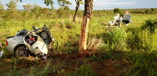 Acidente ocorreu após carro sair da pista e bater em uma árvore na BR-020, na Bahia