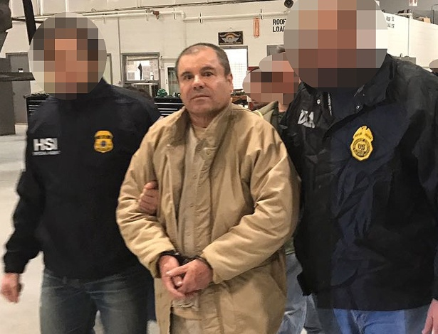 El Chapo é escoltado pela polícia mexicana durante o processo de extradição