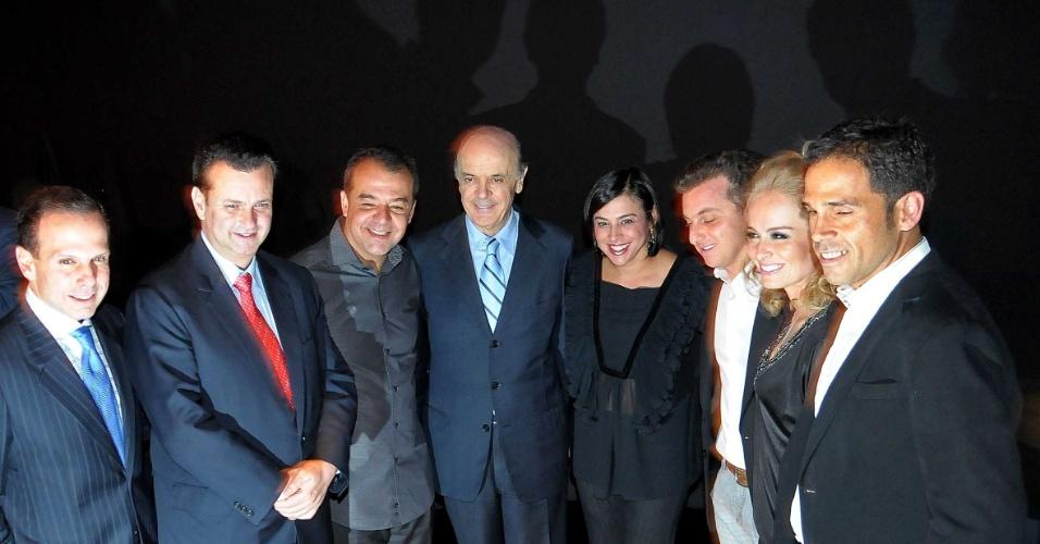 08.dez.2009 - João Doria, Gilberto Kassab, Sérgio Cabral e José Serra estiveram presentes a um show de uma ONG comandada por Luciano Huck