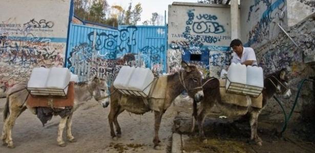 A falta de acesso à água corrente é um problema comum para quem mora na capital do México