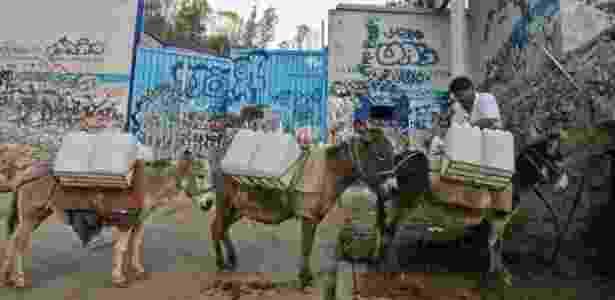 A falta de acesso à água corrente é um problema comum para quem mora na capital do México - AFP - AFP
