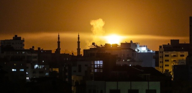 Fumaça pôde ser vista na Faixa de Gaza após um ataque aéreo de Israel