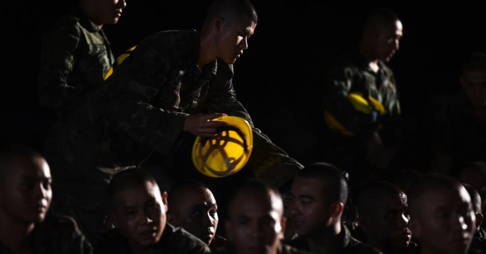 Soldados tailandeses se reúnem no centro de comando próximo à caverna de Tham Luang, ao norte da Tailândia, onde prosseguem as operações de resgate de 12 adolescentes e um adulto. Além da caverna estar inundada, também podem complicar as ações dos socorristas as chuvas previstas para a região nos próximos dias