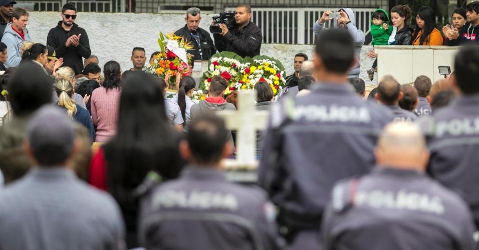 07.ago.2018 - Policiais Militares homenageiam a soldado Juliane dos Santos Duarte, durante enterro. A policial foi assassinada em Paraisópolis
