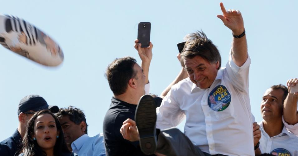 5.set.2018 - O candidato à presidência da república pelo partido social liberal (PSL), Jair Bolsonaro, chuta boneco do ex-presidente Lula, durante carreata, em Ceilândia e Taguatinga, cidades satélites do Distrito Federal. Nesta quarta-feira (05), em Brasília