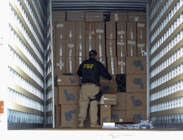 Polícia Rodoviária Federal, na região de Santana do Livramento (RS), apreende caminhão na BR 293, que transportava 140 mil maços de cigarro de origem paraguaia, em fundo falso - Fabian Ribeiro/Agência Free Lancer/Estadão Conteúdo