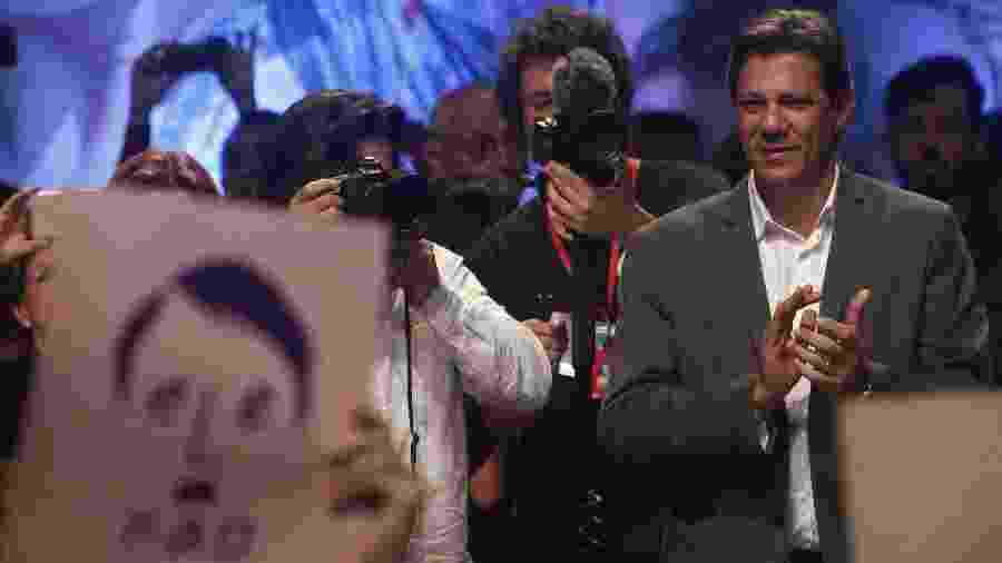 22.out.2018 - Presidenciável Fernando Haddad (PT) em ato no Tuca, durante a campanha eleitoral - Miguel SCHINCARIOL / AFP