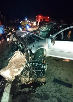 Apesar do impacto, os dois homens que ocupavam o veículo sobreviveram - Divulgação/Corpo de Bombeiros