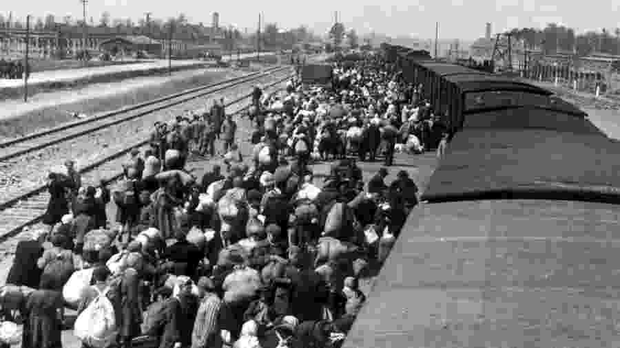Foto de maio de 1944 mostra judeus desembarcando de um trem no campo de extermínio de Auschwitz-Birkenau - Yad Vashem Archives/AFP