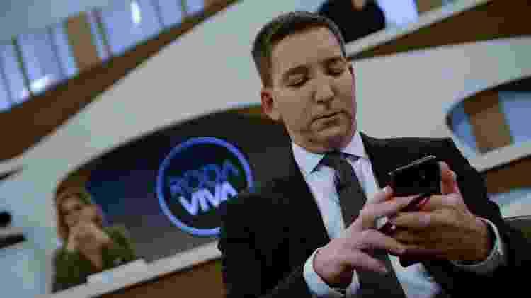 Glenn Greenwald não largou o celular - Ronaldo Silva/Futura Press/Estadão Conteúdo