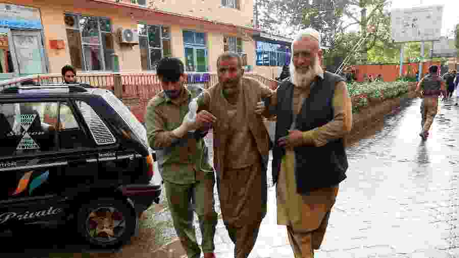 18.out.2019 - Homens levam ferido a hospital após explosão de bomba em Jalalabad, no Afeganistão - Parwiz/Reuters