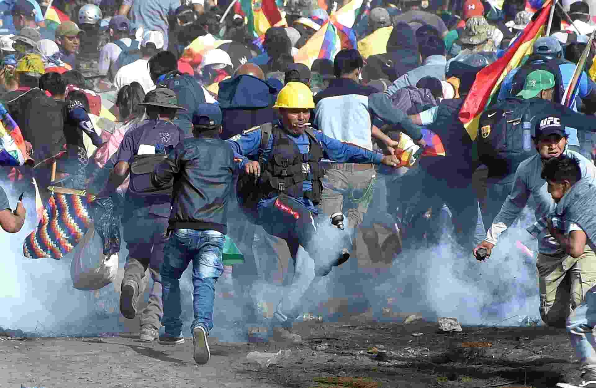 Pelo menos cinco pessoas morreram durante violentos confrontos entre manifestantes pró-Evo Morales e a polícia militar em Sacaba, na província de Chapare, em Cochabamaba, na sexta-feira (15). O protesto era contra a presidente interina do país, Jeanine Añez - Danilo Balderrama /Reuters