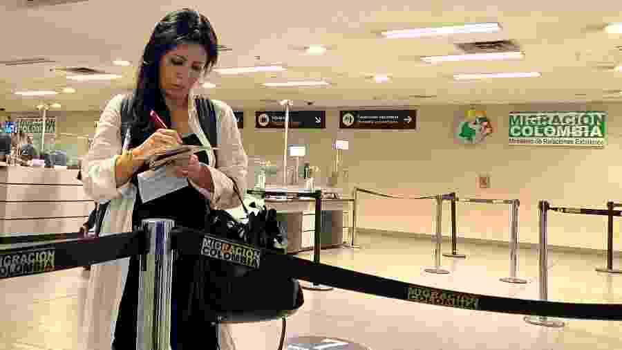 15 mar.2010 - Passageiro que entra na Colômbia preenche um formulário exigido pelo governo, no qual são fornecidos dados sobre saúde e local de estadia em outros países - Luisa Gonzalez/Reuters
