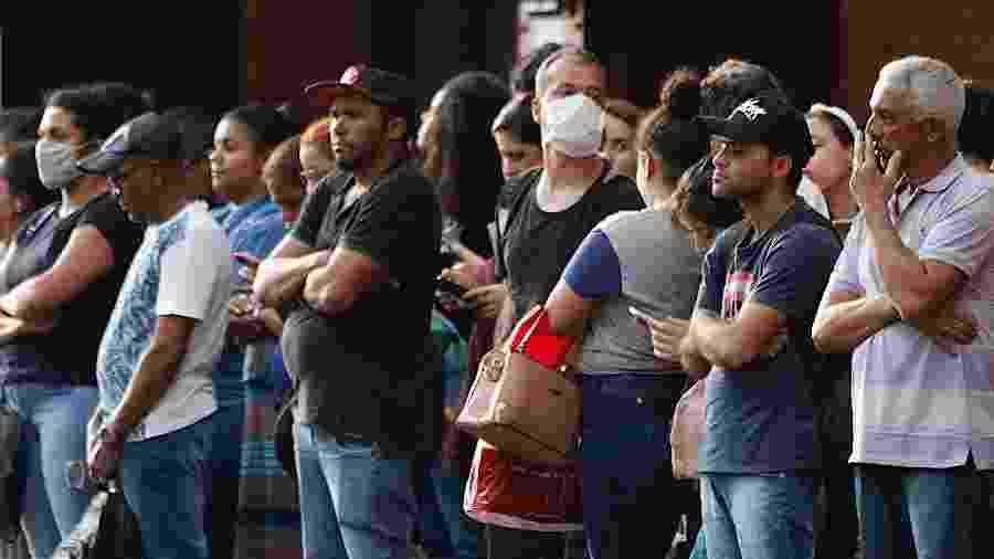 19.mar.2020 - Alguns passageiros usam máscaras de proteção contra o coronavírus na estação da Luz, na região central de São Paulo - Agatha Gameiro/Framephoto/Estadão Conteúdo