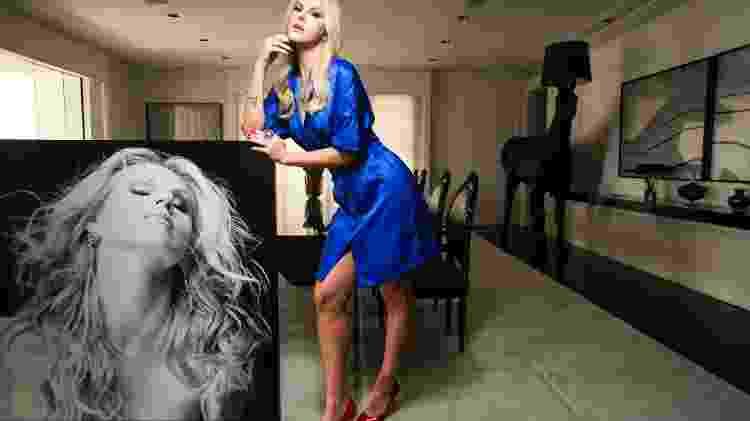 Marchiori na sala de casa, com um modelo Versace; ao fundo, o cavalo-abajur que mandou trazer da Itália, e a mesa para 12 pessoas - Fernando Moraes