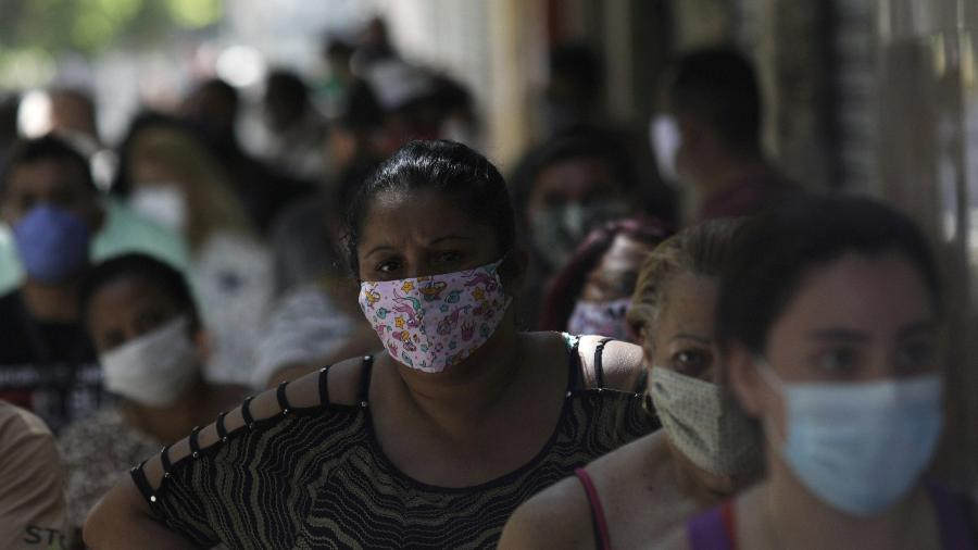 Fila de pessoas em busca de receber o auxílio emergencial em agência da Caixa no Rio de Janeiro - RICARDO MORAES
