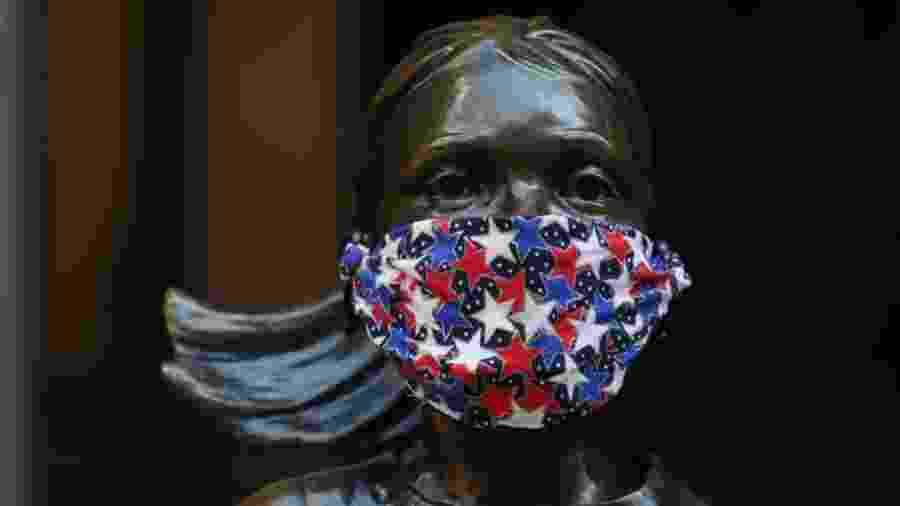"""28.abr.2020 - Estátua da """"Fearless Girl"""", em Nova York (EUA), usa máscara para se """"proteger"""" do novo coronavírus - Rob Kim/Getty Images"""