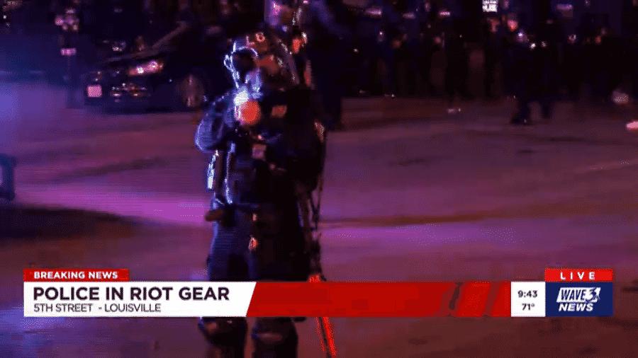 Repórter é atingida por disparos de balas de pimenta pela polícia de Louisville - Reprodução/Wave 3