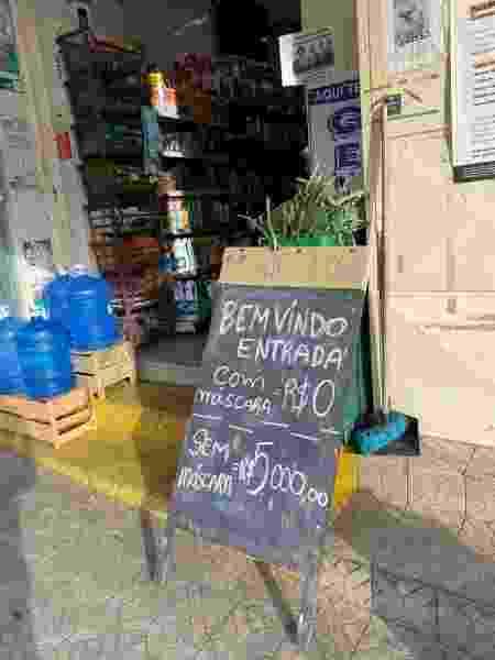 """Placa que mostra a """"cobrança"""" de entrada de consumidor sem máscara no Mini Mercado Nagae - Arquivo pessoal"""