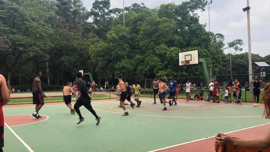 Homens jogam basquete sem máscara no parque Ibirapuera, em São Paulo - Leonardo Martins/UOL - 25.jan.2021