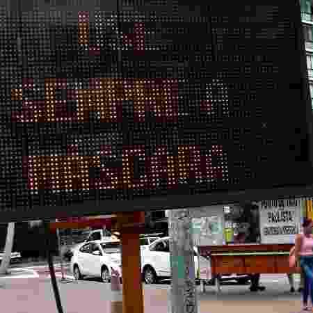 Letreiro pede uso da máscara no cruzamento da avenida da Consolação com a avenida Paulista, em São Paulo - ROBERTO CASIMIRO/ESTADÃO CONTEÚDO - ROBERTO CASIMIRO/ESTADÃO CONTEÚDO