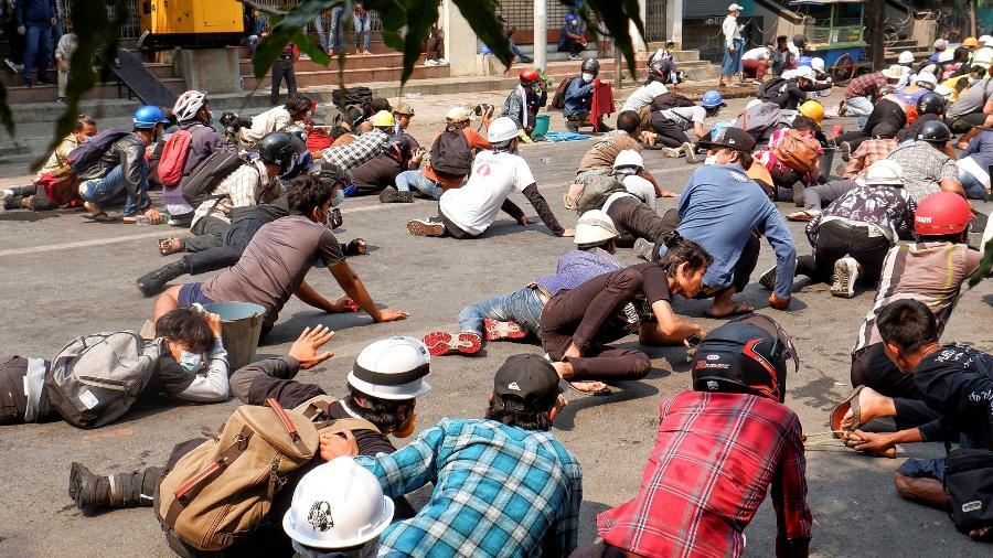 3.mar.2021 - Manifestantes deitam no chão após a polícia atirar contra eles durante mais um protesto contra os militares em Mandalay, em Mianmar - Reuters