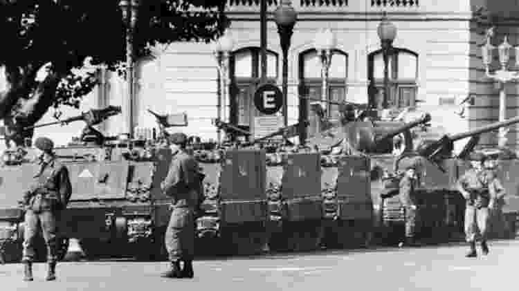 Tanques e soldados do lado de fora do palácio presidencial, em Buenos Aires, em 24 de março de 1974, quando golpe militar tirou Isabel Perón da Presidência - AFP - AFP