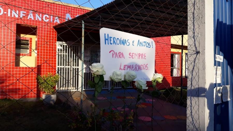 Fachada do CEI Pró-Infância Aquarela, em Saudades (SC), recebeu flores e cartaz em homenagem às vítimas - Hygino Vasconcellos/Colaboração para o UOL