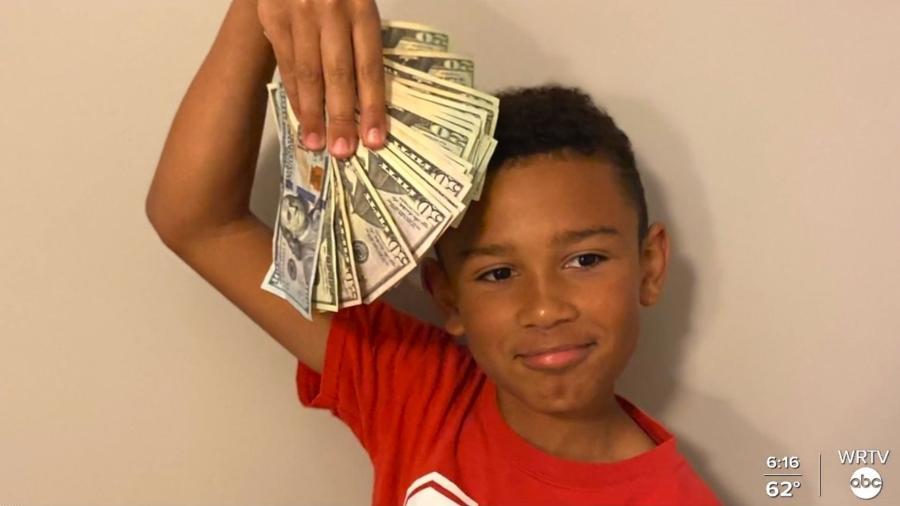 Landon Melvin, de 9 anos, encontrou 5 mil dólares (R$ 26,5 mil) enquanto limpava o carro do pai  - Reprodução/WRTV