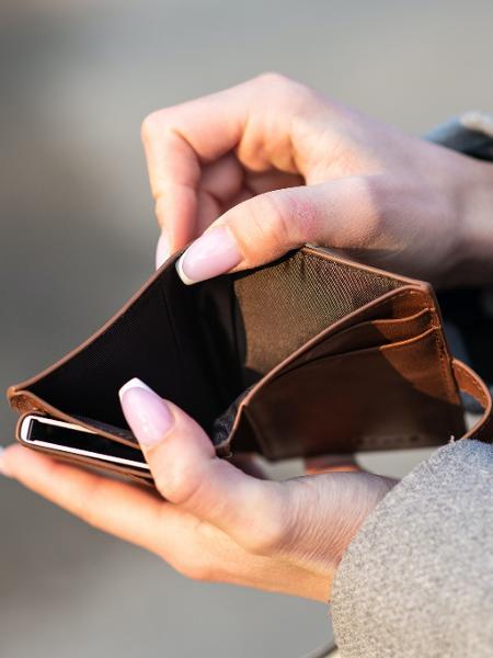 Carteira vazia, inflação, dinheiro -  Emil Kalibradov/Unsplash