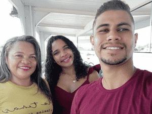 Carlos Almeida e a esposa Karine Oliveira (ao centro) ao lado da mãe dela, Jeane: os três estão desaparecidos em naufrágio - ARQUIVO PESSOAL - ARQUIVO PESSOAL