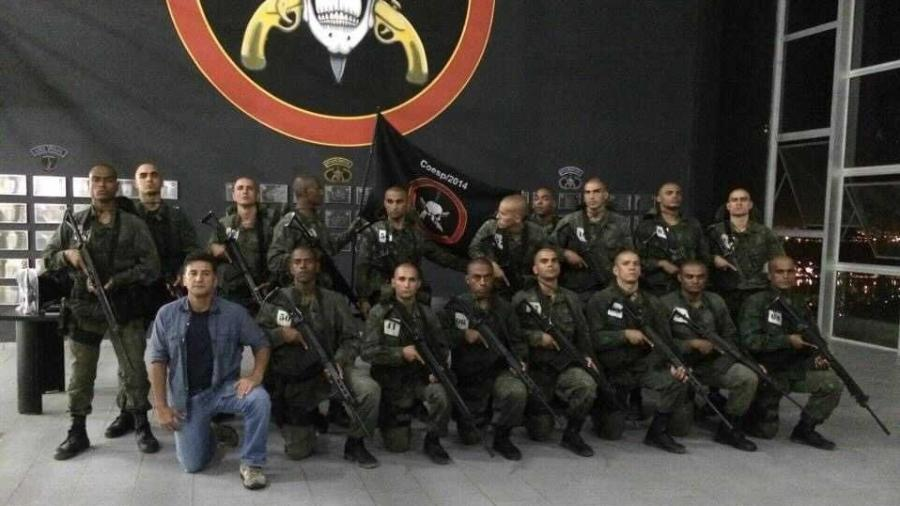 Adonis Lopes posa junto a grupamento especial de elite; policial e piloto, ele já participou de operações polêmicas - Instagram/reprodução