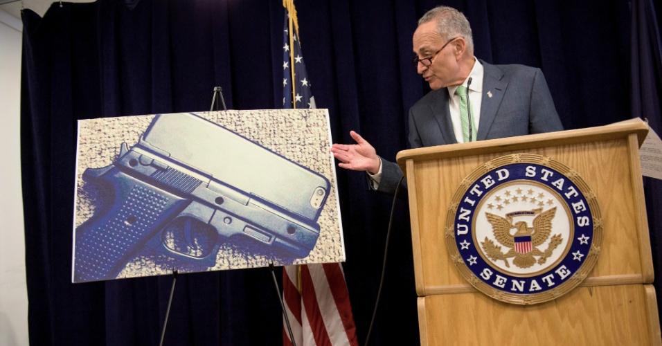 Senador Chuck Schumer durante entrevista em que pede o banimento da venda de capas para iPhone em formato de revólver