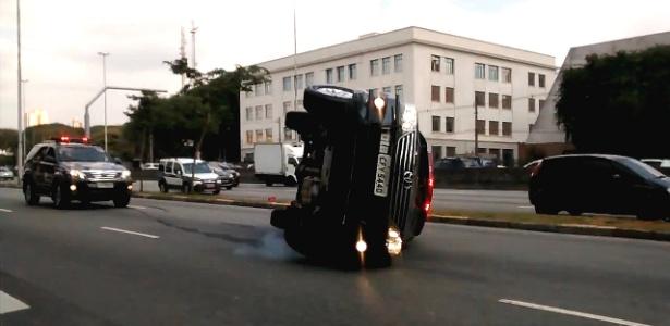 Policial perdeu o controle do carro e capotou durante comboio
