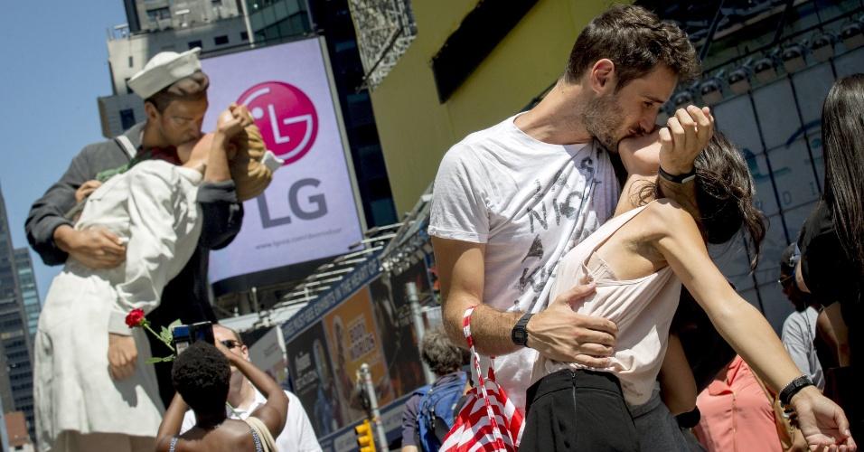14.ago.2015 - Casal pose para amigos ao encenarem o famoso beijo entre um marinheiro e uma enfermeira durante anúncio do fim da Segunda Guerra Mundial, na Times Square, em Nova York. A imagem registrada pelo fotógrafo Alfred Eisenstaedt completa 70 anos nesta sexta-feira (14) e foi lembrada com um