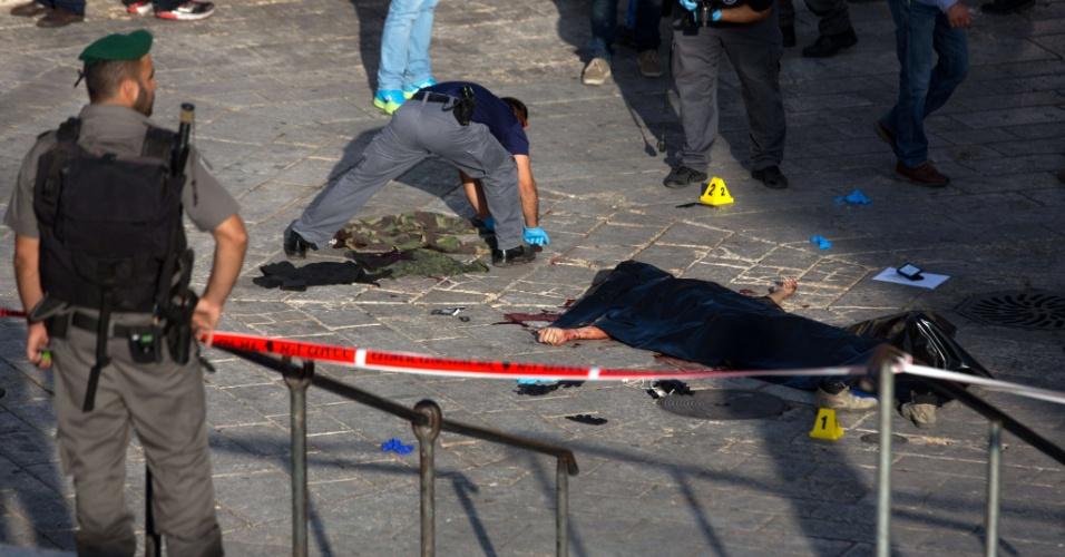 14.out.2015 - Peritos coletam evidências após palestino ser morto depois de uma tentativa de esfaqueamento em Jerusalém