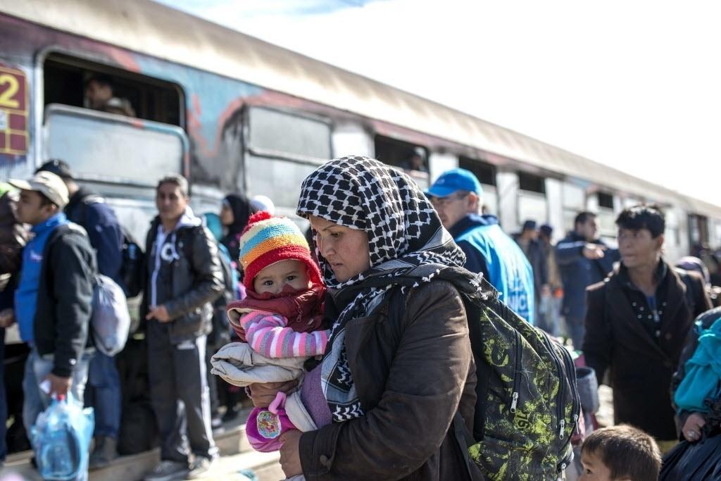 24.out.2015 - Migrantes e refugiados se preparam para embarcar em um trem que vai para Sérvia a partir da fronteira entre Grécia e Macedônia neste sábado (24).  Dez mil migrantes entraram na Macedônia em 24 horas, entre sábado passado (17) à noite e domingo (18) às 18h, disse a polícia do país. Os refugiados, que em sua maioria fogem da guerra e da pobreza no Oriente Médio e África, estão sendo redirecionados para a Eslovênia em sua viagem para o norte da Europa, depois que a Hungria fechou a fronteira com a Croácia