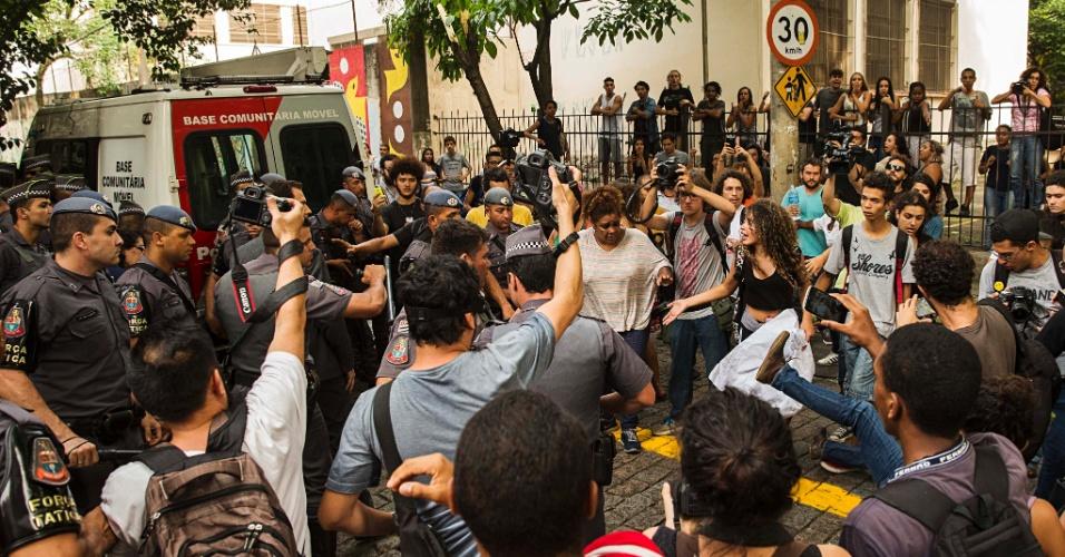 10.nov.2015 - PM e manifestantes discutem próximo à escola estadual Fernão Dias, na zona oeste de Sâo Paulo. Alunos ocuparam o prédio da escola na manhã desta terça-feira (10)