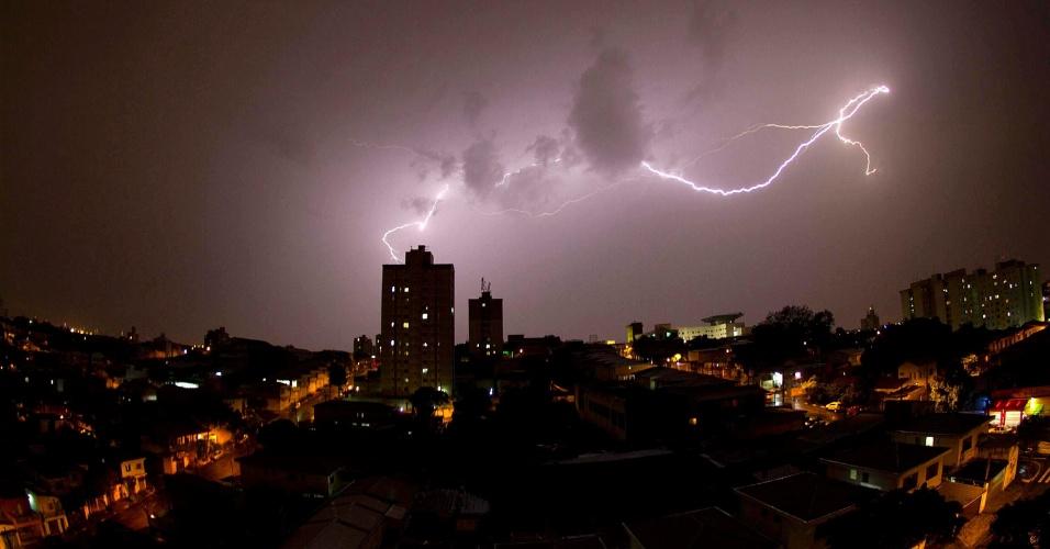 14.nov.2015 - Raio atinge São Paulo na região do aeroporto de Congonhas, zona sul da capital paulista. Uma tempestade trouxe ventos fortes, relâmpagos e chuva pesada para parte da cidade