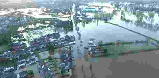 7.dez.2015 - Imagem fornecida pela polícia de Cumbria, na Inglaterra, mostra as inundações na cidade de Carlisle. A tempestade Desmond, que atingiu o Reino Unido no fim de semana, provocou enormes inundações e deixou 60 mil casas sem eletricidade no noroeste da Inglaterra, onde o Exército foi mobilizado para ajudar - Cumbria Police/EFE - Cumbria Police/EFE