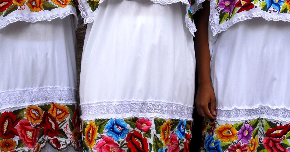 Um símbolo de identidade. Detalhe dos vestidos bordados maias. As cores e padrões usados nos tecidos maias remetem tradicionalmente às comunidades onde são produzidos