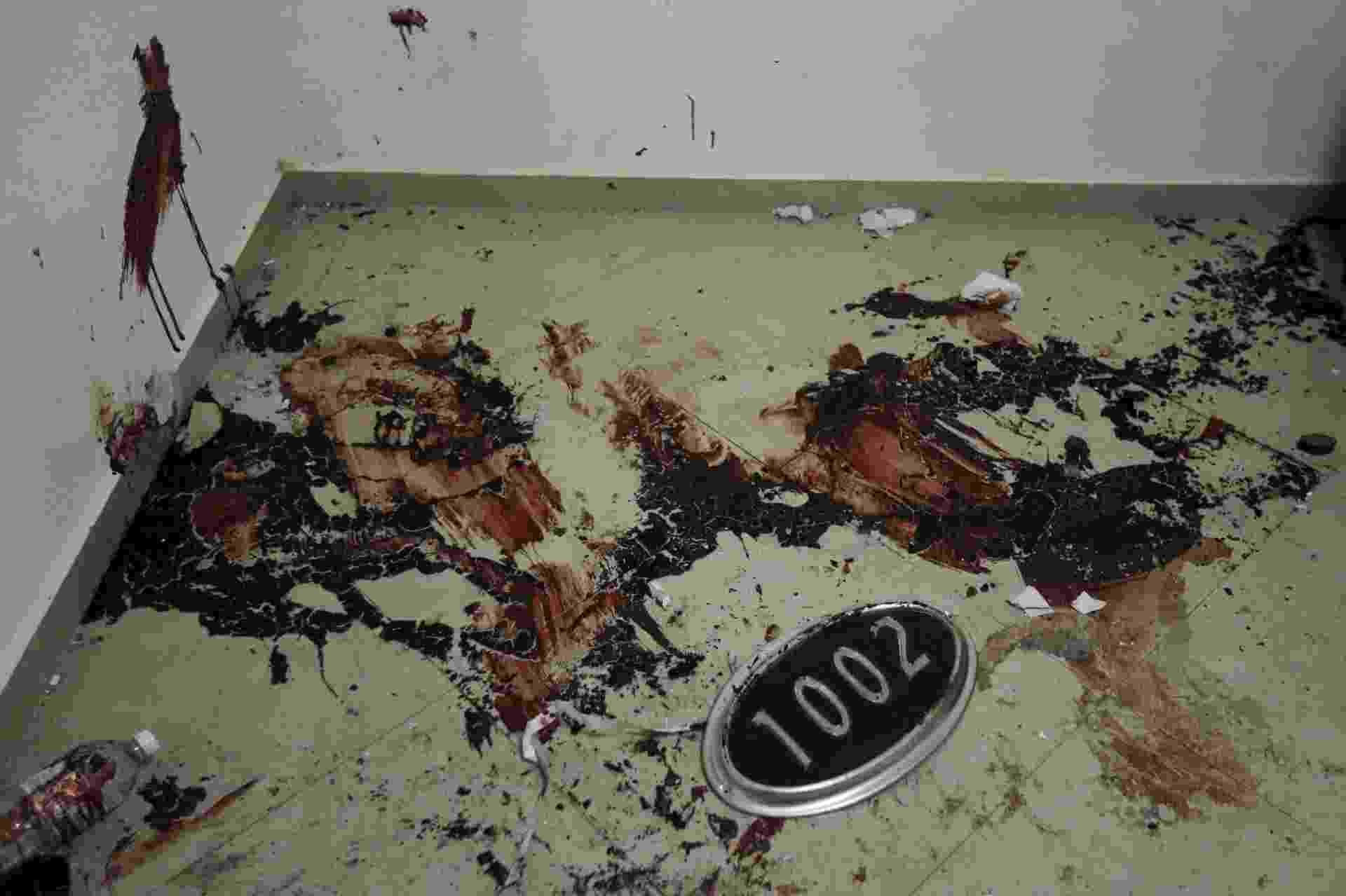 """12.jan.2016 - Marcas de sangue são vistas no chão ao lado de uma placa com o número de uma casa no esconderijo onde cinco pessoas morreram durante operação policial realizada na última sexta-feira (8) para recapturar o narcotraficante Joaquín """"El Chapo"""" Guzmán, Los Mochis, no Estado de Sinaloa, no México. A imagem foi feita na segunda-feira (11). O traficante mais procurado do mundo tentou escapar das forças de segurança mexicanas abrindo uma porta secreta escondida atrás de um espelho e descendo em um túnel que conduz à rede pluvial da cidade. Mas, acabou sendo capturado pelos policiais - Edgard Garrido/Reuters"""